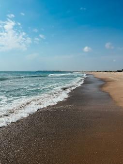 海の青いアクアマリンの波のライン日当たりの良い砂のビーチ夏の背景黒海の波のマリンビーチ