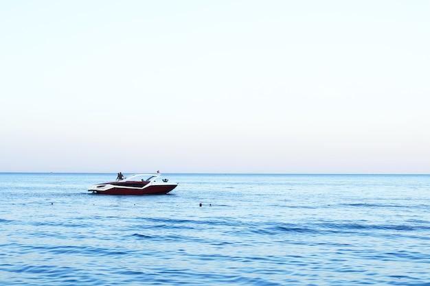 遠くの海の船、夏の美しい青い海、テキストのスペース