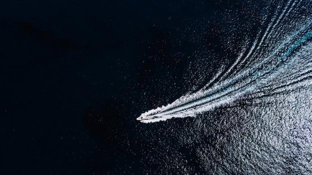 Морское уплотнение шлюпки в взгляде океана сверху.