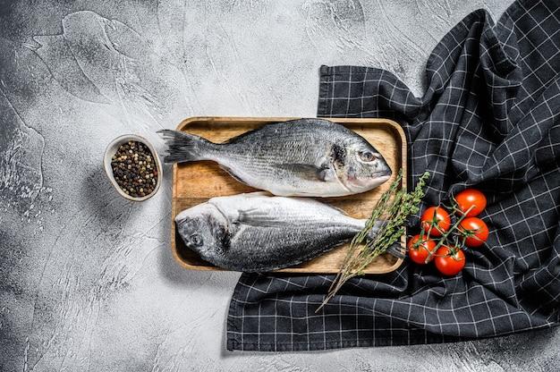 Рыба морской лещ на деревянном подносе