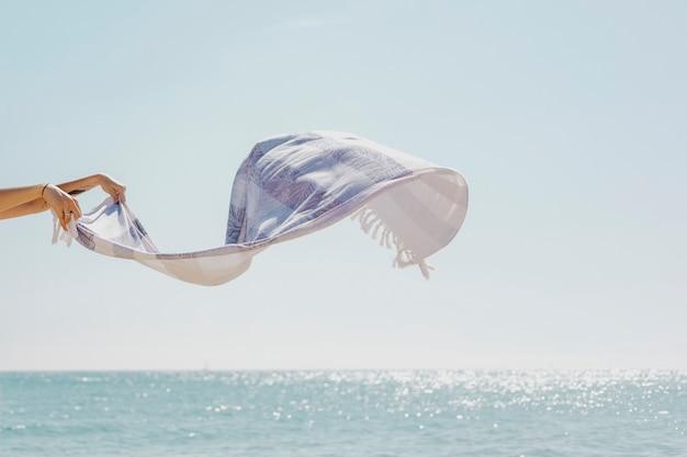 縞模様のスカーフを吹く潮風