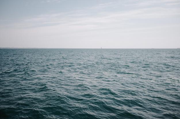 Поверхность моря спокойная.