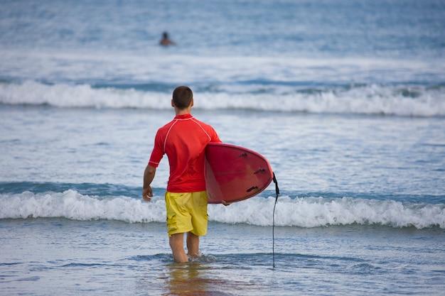Sea-coast main going surfing