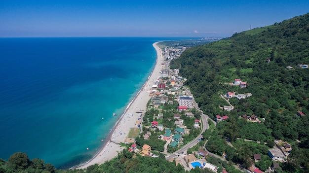 Вид на морское побережье турции, вид сверху на набережную турции, летние каникулы в турции