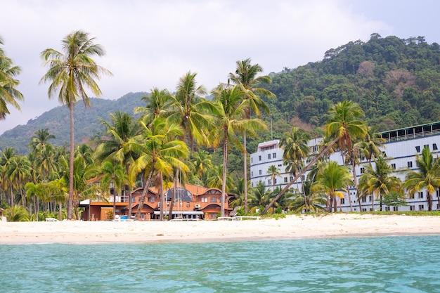 Морское побережье, вид с воды на тропическое побережье с пальмами и отелями