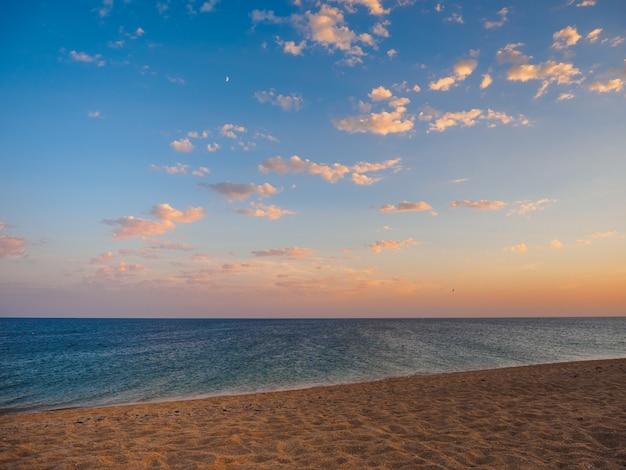 Морское побережье с облачным небом, песчаным пляжем и легким спокойствием