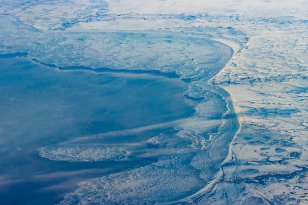 鳥瞰図、冬の風景から氷と海岸。