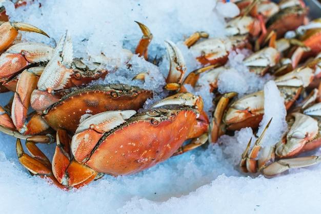 Морской краб на рыбном рынке