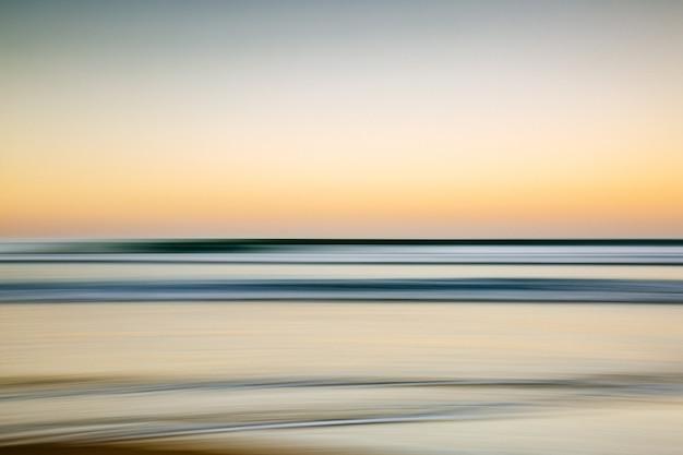 Море во время красочного заката с эффектом движения - крутая картинка для обоев и фонов
