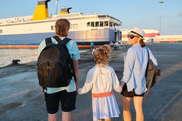 바다 가족 휴가, 페리를 보고 손을 잡고 항구에서 어머니 아버지와 딸 아이
