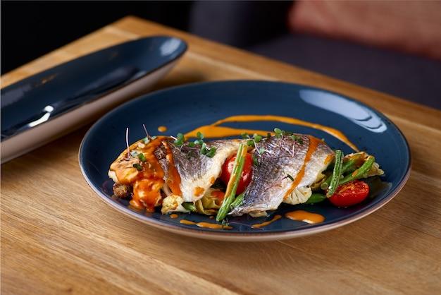 Морепродукты. дорада, запеченная с овощами в креветочном соусе