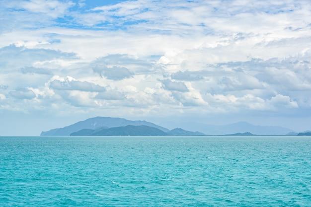 夏の海の丘と空の雲