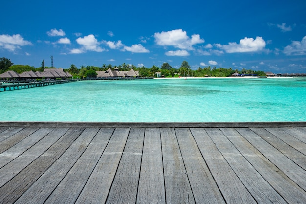 モルディブの海。青いラグーンとモルディブの熱帯のビーチ