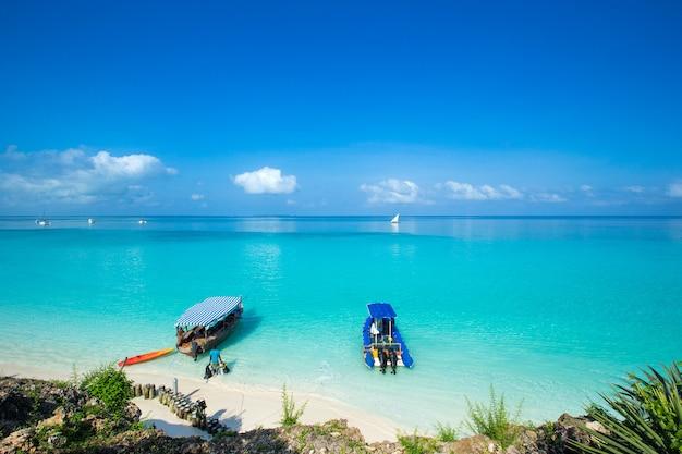 Море на пляже занзибара. природный тропический водный рай.