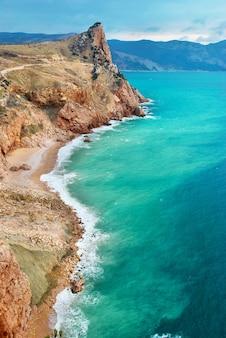 Морской пейзаж со скалами и грозовыми облаками