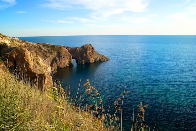 Морской пейзаж с гротом в скале