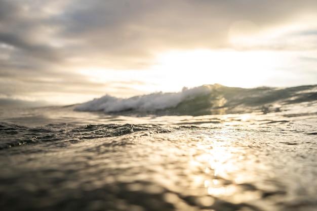 Paesaggio di mare con onda