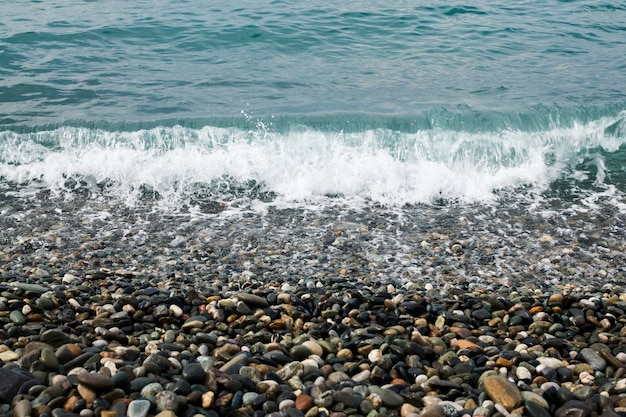 Морская галька и волны крупным планом