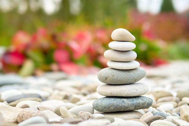 庭にそびえる海の小石。積み重ねられたジャックストーンのクローズアップビュー。
