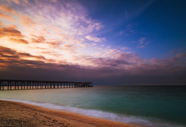 日没時の海の桟橋