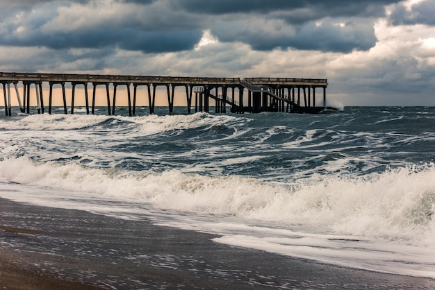 嵐の中の海の桟橋
