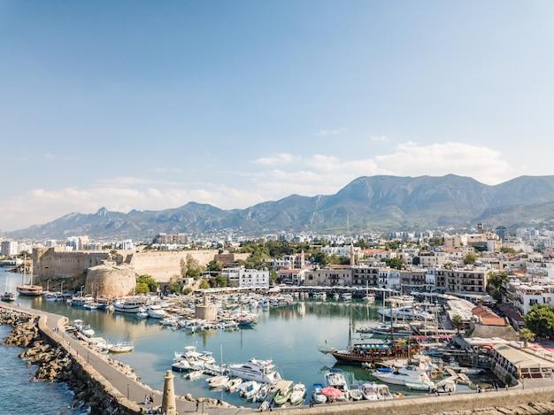 Морской порт и старый город кирении (гирне) - город на северном побережье кипра. 2020 г.