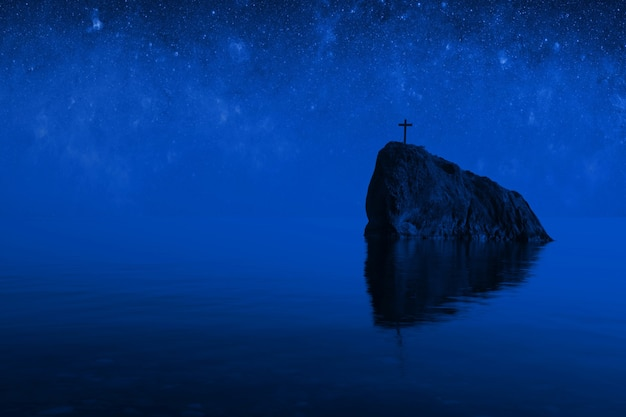 Морская скала с крестом на вершине в лунном свете