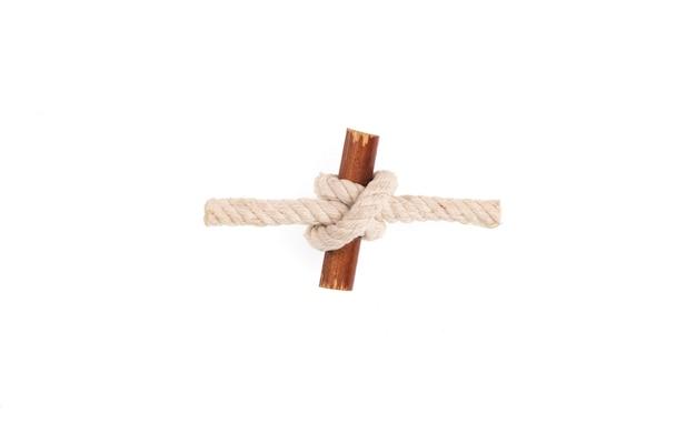白い孤立した背景に海ロープの結び目