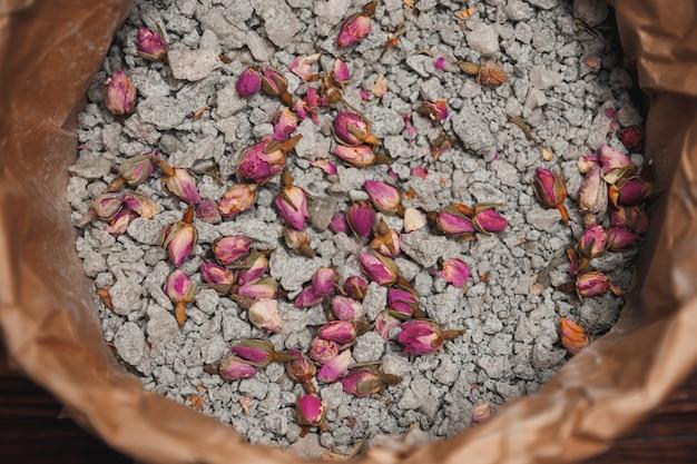海の塩とバラ。自家製スパのための花が付いている自然な化粧品