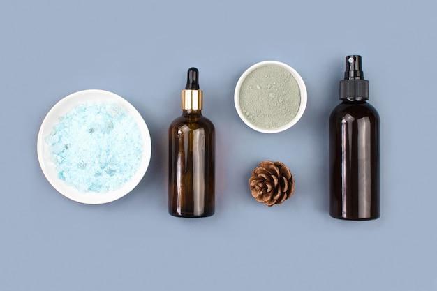 海塩、スポイトガラスとスプレーボトル、粘土マスク、青のコーン