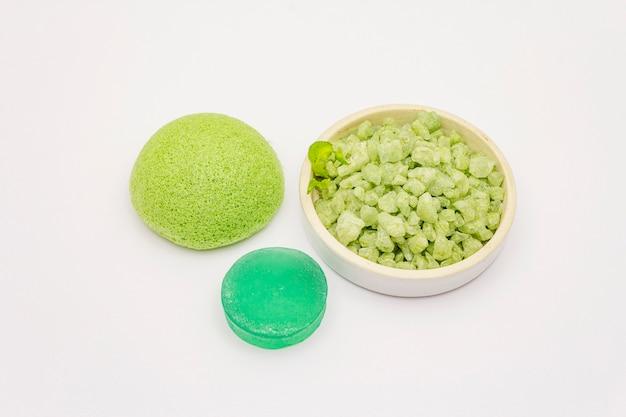海の塩、緑茶石鹸、白い背景で隔離のスポンジ