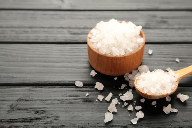 Морская соль в миске на черном