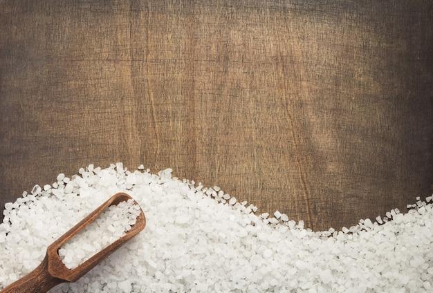 木製のテーブルの背景、上面図に海塩スパイス