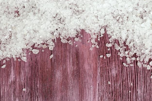 Морская соль белого цвета на древесине. спа фон.