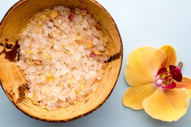 Морская соль, желтая орхидея.