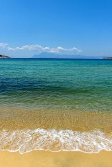 海砂空のコンセプト。ビーチの砂と青い夏の空、静けさと自然の概念