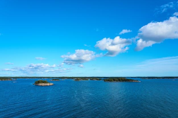 Морской пейзаж с пасмурным голубым небом.