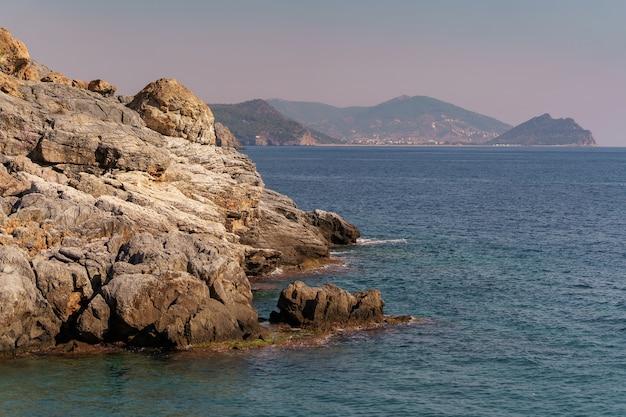 トルコの岩の多い海岸線と海の風景