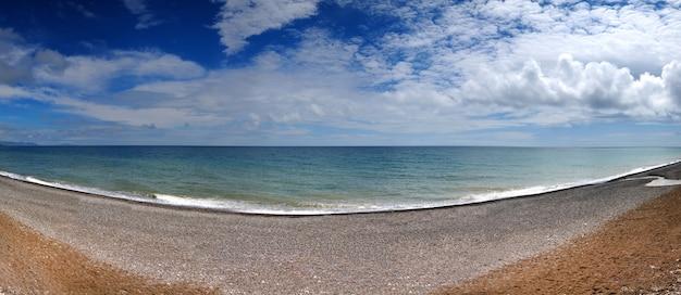 바다 해안과 바위 해변 흰 구름과 푸른 하늘