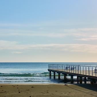 海、小さな桟橋、青い空。海景