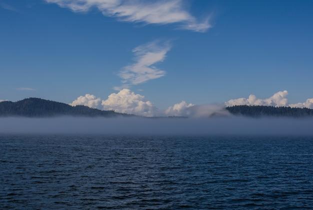 湾の海の煙。海の煙は、非常に寒いときに海の上に現れる表面の霧です。
