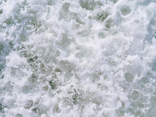 海が飛び散る。