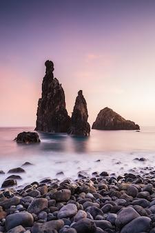 ポルトガル、マデイラ島、リベイラダジャネラビーチの日没時の海食柱