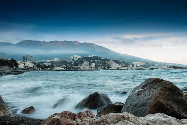 바다 돌과 산 일몰