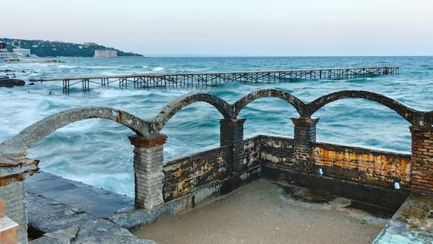 바다 폭풍과 폐허가 된 부두 (흑해, 불가리아, 바르나 근처).