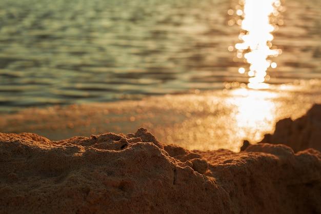 海の夕日と岩