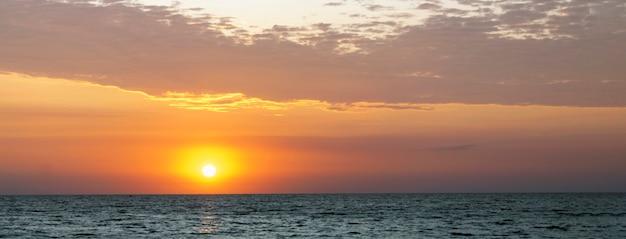 바다 일몰. 일몰에서 아름 다운 태양입니다. 배너.