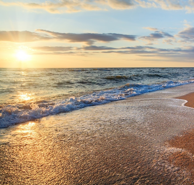 Море закат серфинг большая волна перерыв на песчаном побережье