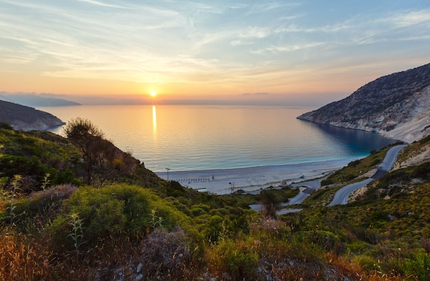 Myrtos 해변 그리스, kefalonia, 이오니아 해의 바다 일몰보기.