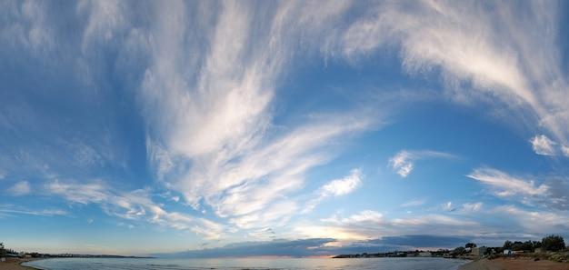 Морской закат с пляжем. составное изображение из восьми кадров.